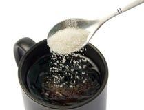 杯子落的匙子糖 库存图片