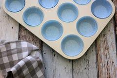 杯子蛋糕的白色烤盘 库存照片