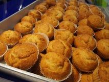 杯子蛋糕行在架子在面包店或面包师` s商店 免版税库存照片