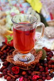 杯子野玫瑰果茶 免版税图库摄影