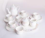 杯子集合茶壶 在背景和杯子设置的茶壶 库存图片