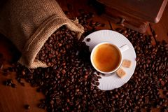 杯子顶视图与咖啡豆和老研磨机的浓咖啡 库存照片