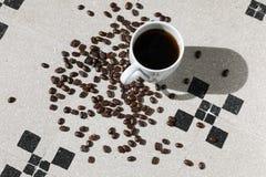 杯子黑咖啡粒 图库摄影