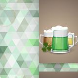 杯子绿色啤酒为圣帕特里克的天。 免版税图库摄影