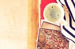杯子coffe和堆顶视图照片过滤了图象旅行或假期概念 库存照片
