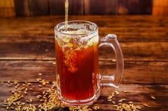 杯室内看法啤酒用在基地的麦子在一间黑暗的客栈的一张木桌上 库存图片