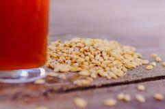 杯室外看法啤酒用在基地的麦子在一张木桌上 免版税库存图片