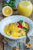 杯小米、莓果、坚果和柠檬奶油粥  免版税库存图片