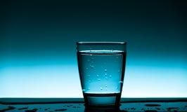 杯干净的饮用水 免版税库存照片