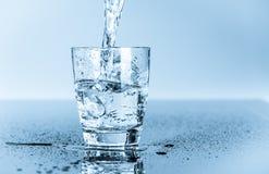 杯干净的饮用水 图库摄影