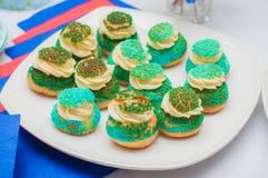 杯形蛋糕、蛋糕和假日曲奇饼 库存照片