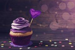 杯形蛋糕与上升了 免版税图库摄影