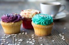 杯形蛋糕与和咖啡杯特写镜头  免版税库存照片