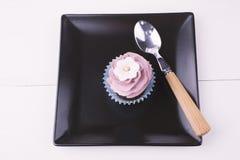杯形蛋糕和匙子 免版税库存照片