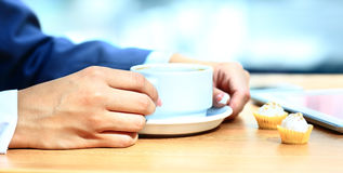 杯形蛋糕和咖啡在早晨事务的 图库摄影