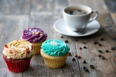 杯形蛋糕和咖啡特写镜头  免版税库存图片