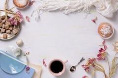 杯形蛋糕和咖啡,早晨光,食物框架 华伦泰或婚礼之日早餐拷贝空间,顶视图 库存图片
