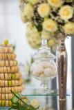 杯形蛋糕和蛋白杏仁饼干 库存照片
