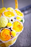 杯形蛋糕和蛋白软糖花束在藤条篮子 免版税库存图片