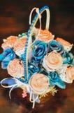 杯形蛋糕和蛋白软糖花束在藤条篮子 图库摄影