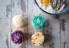 杯形蛋糕和从上面被看见的厨房器物 免版税库存照片