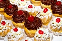 杯形蛋糕和Creampuffs 免版税图库摄影