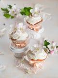 杯形蛋糕或松饼与鲜花 免版税库存照片