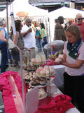 杯形蛋糕新出售的妇女 免版税库存照片