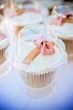 杯形蛋糕桃红色丝带 库存图片