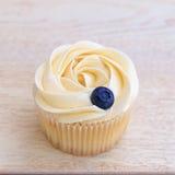 杯形蛋糕特写镜头用在上面的蓝莓 库存照片
