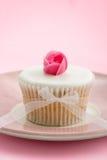 杯形蛋糕玫瑰花蕾 免版税库存照片