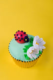 杯形蛋糕瓢虫 库存照片