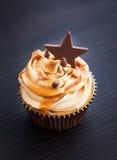 杯形蛋糕用乳脂干酪、焦糖和巧克力 免版税图库摄影