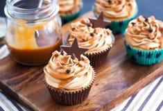 杯形蛋糕用乳脂干酪、焦糖和巧克力 免版税库存图片