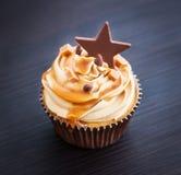 杯形蛋糕用乳脂干酪、焦糖和巧克力 免版税库存照片