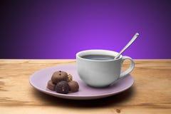 杯形蛋糕用在板材的巧克力 免版税图库摄影