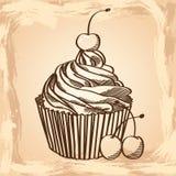 杯形蛋糕用在米黄背景的樱桃 库存照片