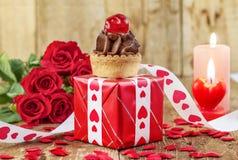 杯形蛋糕用在红色礼物盒的樱桃 库存照片