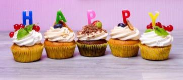 杯形蛋糕用莓果 免版税库存照片