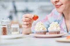 杯形蛋糕的草莓 图库摄影