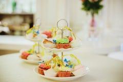 杯形蛋糕立场 被定调子的图象 棒棒糖 可口甜自助餐用杯形蛋糕 甜假日自助餐 选择聚焦 免版税图库摄影