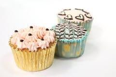 杯形蛋糕装饰了花梢 免版税库存图片