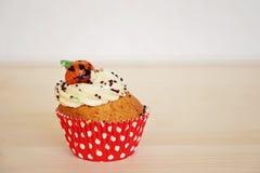 杯形蛋糕装饰用奶油和小杏仁饼南瓜在万圣夜 库存照片