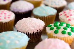 杯形蛋糕逗人喜爱自创 免版税库存图片