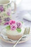 杯形蛋糕紫色上升了 库存照片