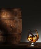 杯成熟的威士忌酒和老木桶 免版税库存图片