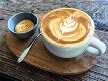 杯拿铁 拿铁艺术咖啡 库存照片