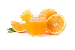 杯新近地被按的橙汁用切的桔子 免版税图库摄影