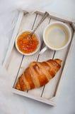 杯新鲜的早晨咖啡用新月形面包 华伦泰` s日概念 免版税图库摄影