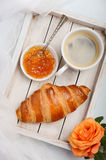 杯新鲜的早晨咖啡用新月形面包 华伦泰` s日概念 免版税库存照片